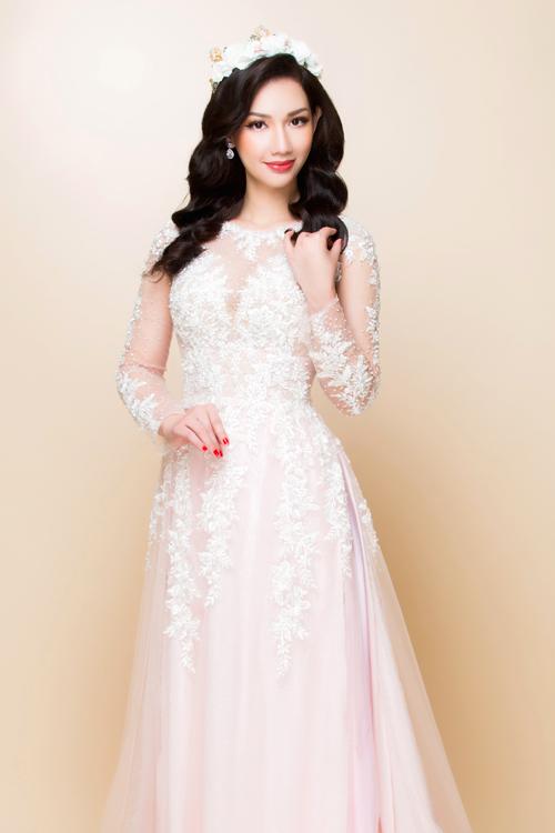 Vẫn với kiểu áo dài trắng lấy cảm hứng từ váy cưới nhưng khikết hợp cùng một chiếc chân váy lụa dài màu hồng phấn, bạn sẽ có một phong cách thời trang mới: ấn tượng và hợp mốt.