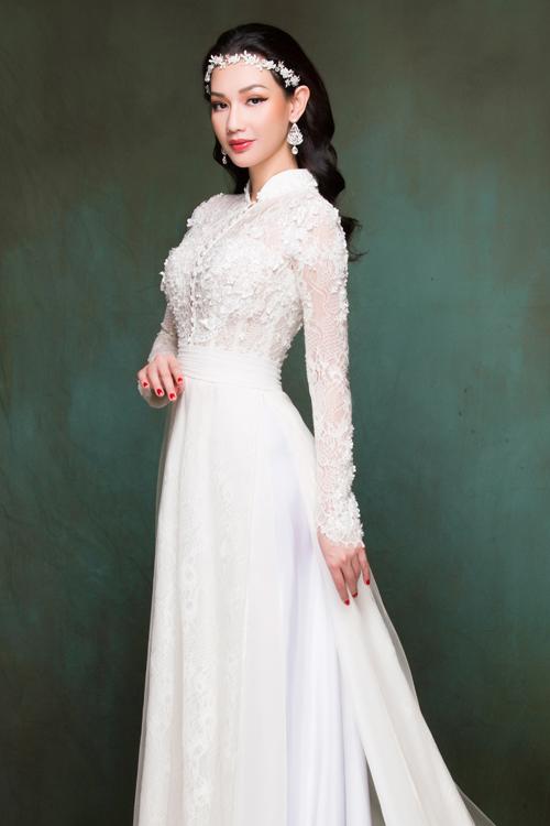 Là một người đẹp được yêu mến vớigu thời trang nữ tính, dịu dàng, MC Quỳnh Chi có thể truyền cảm hứng cho các cô dâu khi lựa chọn áo dài cách tân trong ngày lễ vu quy.