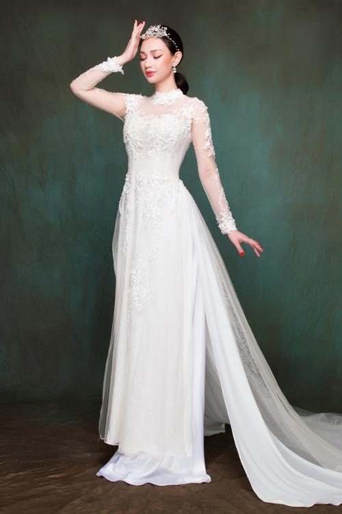 Xu hướng áo dài lấy cảm hứng từ váy cưới vẫn chiếm được cảm tình của nhiều cô dâu. Những mẫu áo này nổi bật với chất liệu mỏng, nhẹ, thường có 4-8 tà và tà sau rộng, dài thướt tha.