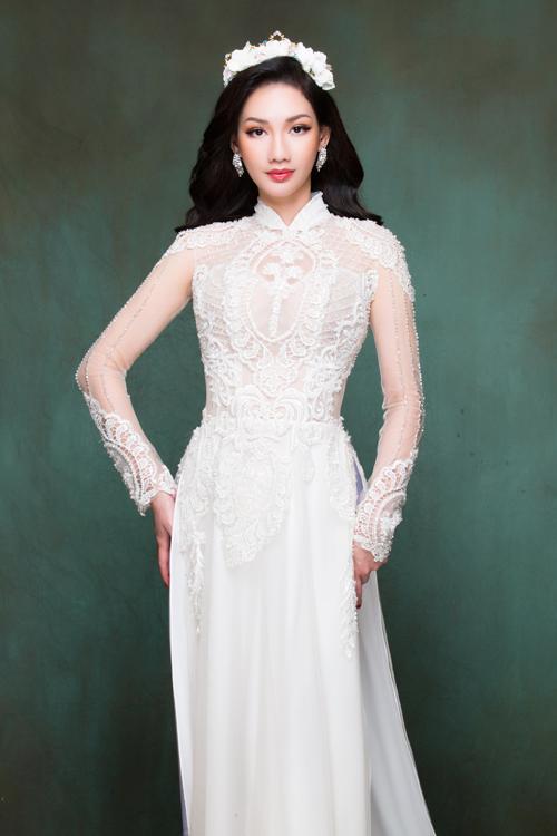Nếu hướng tới sự thanh lịch và trẻ trung, cô dâu có thể chọn áo dài trắng với tà áo gọn gàng hơn. Hoa văn trang trí theo mảng, khối nhằm tạo điểm nhấn vào từng vị trí nhất định.