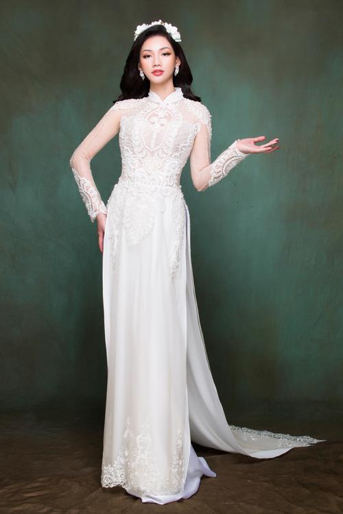 Kiểu áo có khối hoa văn ren táp trên cầu vai sẽ giúp phần thân trên của cô dâu trông đầy đặn hơn.
