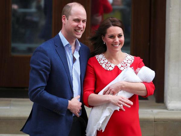 Vợ chồng Willam - Kate bế con trai mới sinh cười tươi trước công chúng. Ảnh: Reuters