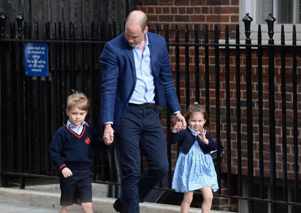 Hoàng tử George và em gái Charlotte được bố đưa đến bệnh viện thăm mẹ và em trai. Ảnh: PA