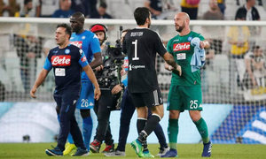 Buffon nán lại sân bắt tay từng cầu thủ Napoli sau trận thua