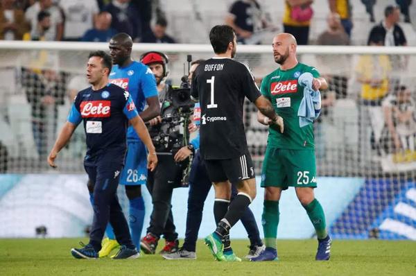 Thủ môn Buffon bắt tay từng cầu thủ Napoli chúc mừng chiến thắng của đối thủ.