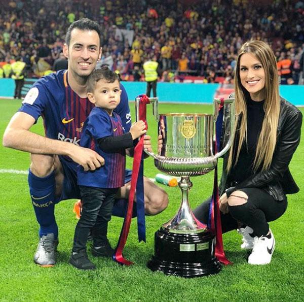 Bà bầu Elena mặc đồ đen giấu bụng khi cùng con xuống sân mừng Busquets vô địch Cup nhà vua