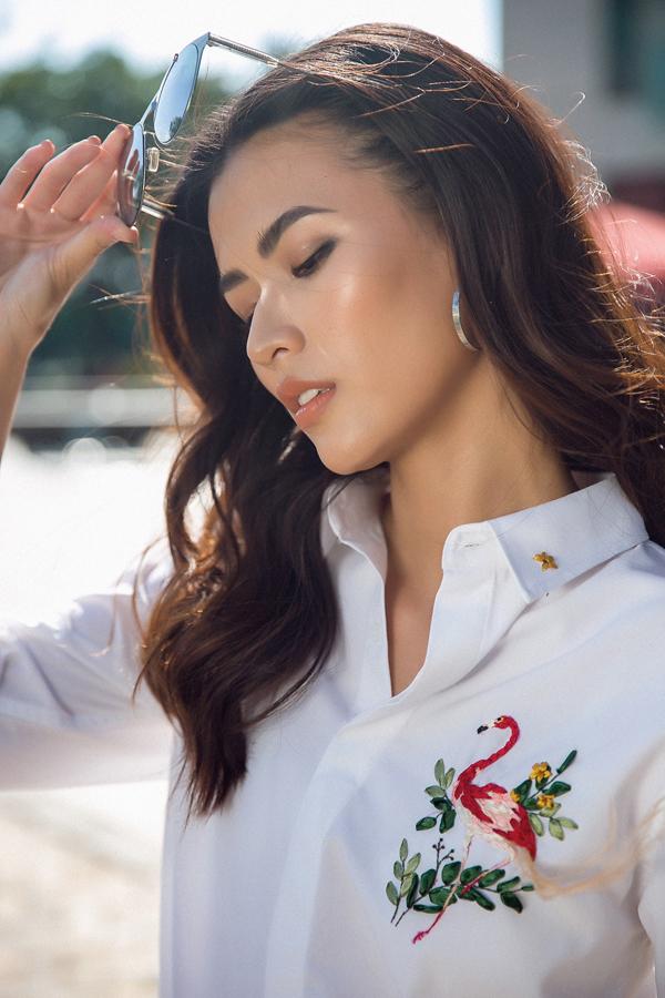 Cao Thiên Trang tỏa sáng dưới nắng hè trong mẫu áo sơ mi trắng được thêu họa tiết chim hồng hạcấn tượng.