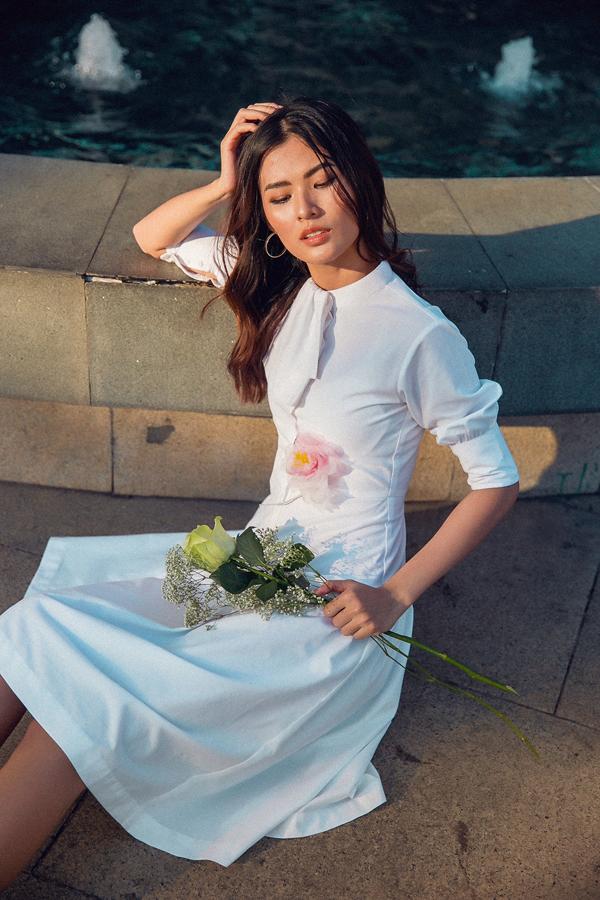Cùng với sơ mi, bộ ảnh còn giới thiệu thêm mẫu váy tay bồng nhẹ nhàng được trang trí hoa thêu tôn vẻ đẹp thanh nhã.