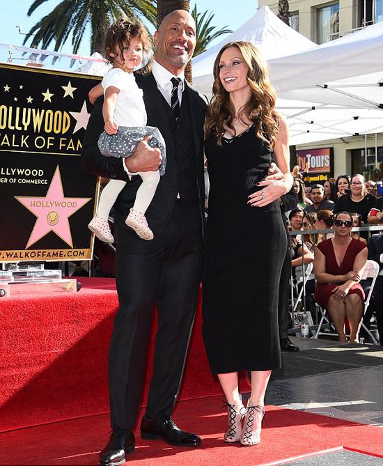 Tài tử bên bạn đời và con gái 2 tuổi tại lễ gắn sao trên đại lộ danh vọng Hollywood tháng 12/2017.