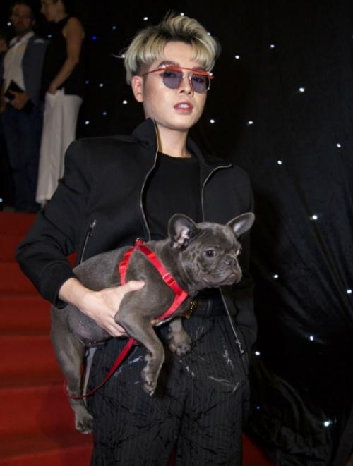 Đức Phúc chê chó hôi sau khi mượn của Hòa Minzy để dự thảm đỏ Tuần lễthời trang.