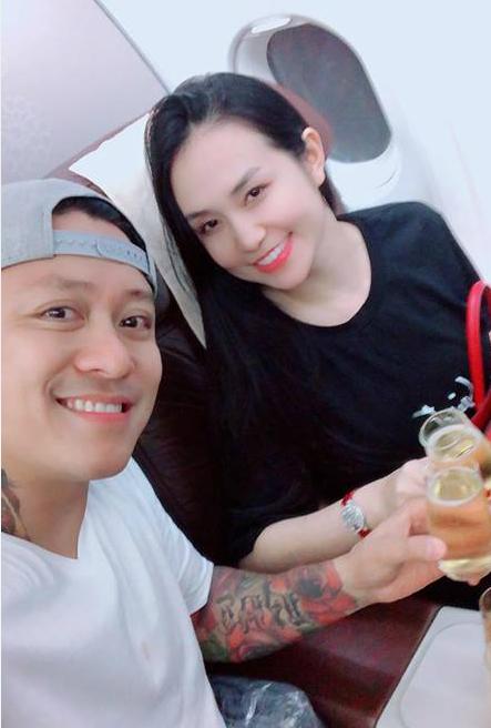 Tuấn Hưng và bà xã suýt lỡ chuyến bay sang Australia nhưng rất may đã được nhân viên hãng bay hỗ trợ để lên máy bay kịp giờ.