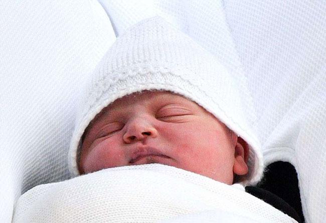 Kate đã sinh con thứ bavới sự giúp đỡ của các bà đỡ thuộc bệnh viện St Mary, London. Hoàng tử nhí chào đời vào lúc 11h01 sáng 23/4, nặng 3,8 kg.Cậu bé là chắt thứ 6 của Nữ hoàng Elizabeth II và là người đứng thứ 5 trong danh sách thừa kế ngai vàng của Hoàng gia Anh.