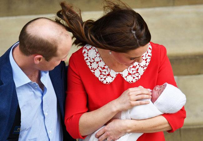 Khoảng 18h chiều qua (23/4), con thứ ba của cặp đôi Công nương Kate và Hoàng tử William đã lần đầu lộ diện trước công chúng chỉ 7 tiếng sau khi chào đời. Điện Kengsingtonvài tiếng trước đó cũng hân hoanchia sẻ tin vui và thông báo em bé thứ ba là một bé trai. Hoàng tử nhí hiện chưa được đặt tên nhưng đã nổi tiếng khắp toàn cầu nhờ sự quan tâm đặc biệt của công chúng dành cho Hoàng gia Anh.