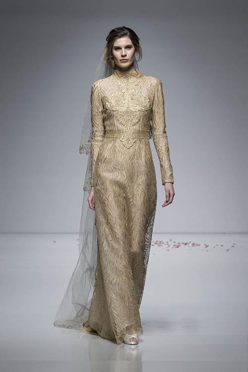 Váy của thương hiệu Alan Hannah mang màu vàng champagne.