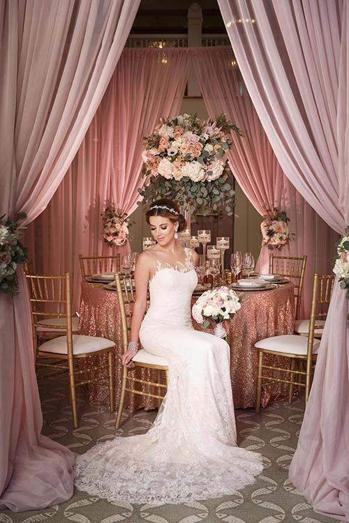 Bàn tiệc được phủ khăn trải bàn màu hồng ánh kim nổi bật.