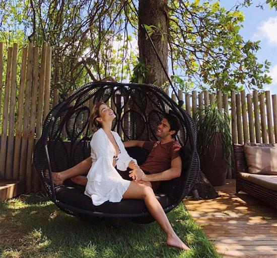 Kaka và người đẹp kém 13 tuổi gắn bó hơn một năm nay. Carolina Dias thường xuyên chia sẻ khoảnh khắc lãng mạn, yên bình bên cựu danh thủ điển trai trong các kỳ nghỉ dưỡng.