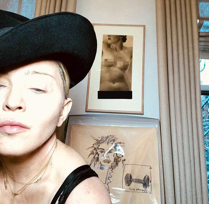 Cô treo tranh khỏa thân trong phòng cùng nhiều tác phẩm hội họa.