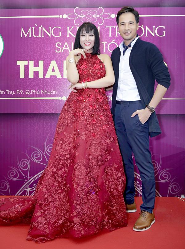 Diễn viên Đoàn Thanh Tài quen biết Phi Thanh Vân nhiều năm nay. Anh thân mật ôm eo, chụp ảnh cùng nữ hoàng dao kéo.