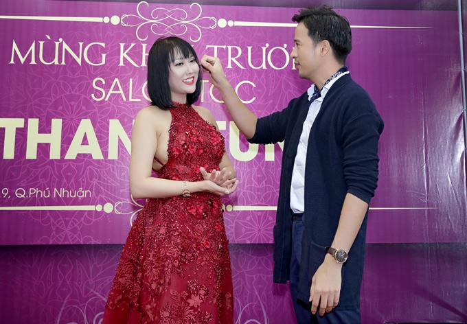 Chàng diễn viên ân cần chăm sóc, chỉnh lại mái tóc cho Phi Thanh Vân. Cả hai cho biết họ xem nhau như đồng nghiệp, bạn bè thân thiết.