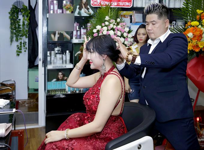 Người đẹp thích thú khi được đích thân ông chủ tiệm tóc làm cho kiểu đầu mới.