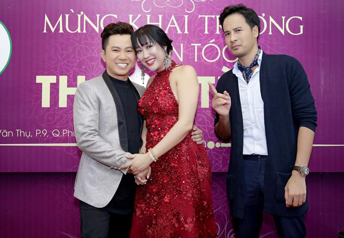 Đoàn Thanh Tài vờ tỏ ra khó chịu khi Phi Thanh Vân nắm tay, ghé sát đầu chụp ảnh cùng ca sĩ Quốc Đại.