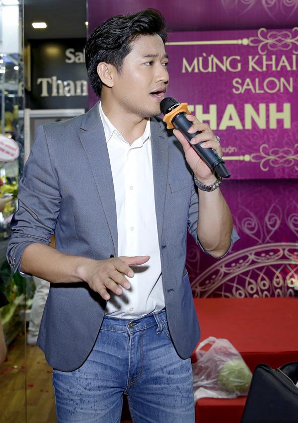 Quý Bình biểu diễn một ca khúc bolero trong sự kiện này.