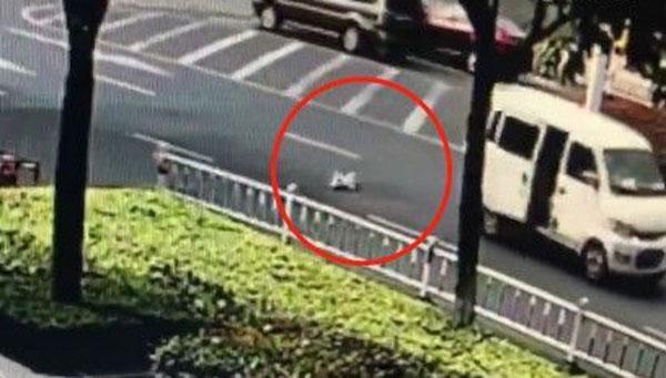 Em bé ngã xuống đường sau cú quặt xe của bố. Ảnh cắt từ video.