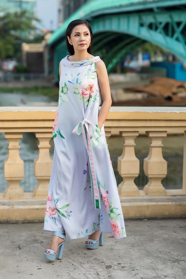 Để mang lại cảm giác dịu mắt và nhẹ nhàng cho hình ảnh của phái đẹp trong mùa nóng, nhà mốt Việt đã tận dụng nhiềugam màu pastel, xanh bạc hà, hồng phấn, tím nhạt, xanh biển.