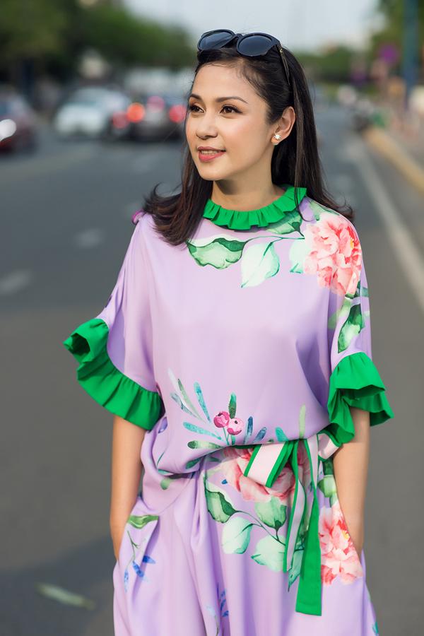 Việt Trinh chuộng mặc váy hoa mùa hè