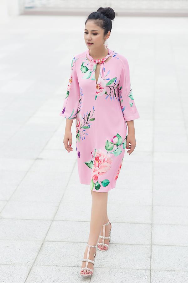 Hòa cùng trào lưu sử dụng họa tiết hoa lá luôn được ưa chuộng ở mùa xuân hè, hai nhà thiết kế đã chọn lựa hình ảnh hoa mẫu đơn với phong cách hội họa để trang trí cho váy áo.
