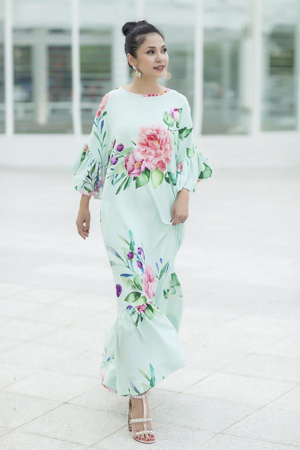 Những kiểu váy suông giúp bạn gái giải phóng hình thể hay váy maxi tạo sự thoải mái cũng được thêm những điểm nhấn mới mẻ như tay bèo nhún, xoắn vải và trang trí cổ thuyền, cổ tròn thanh nhã.