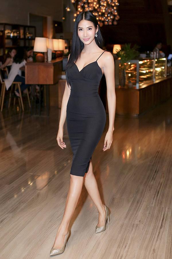 Diện chiếc váy đen ngắn ôm sát, kiểu dáng hai dây khoe đường cong cơ thể, Á hậu Hoàng Thùy ngày càng dịu dàng, nữ tính và chuẩn beauty queen hơn.