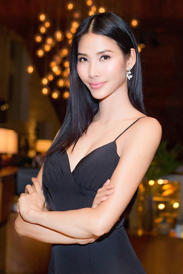 Hai năm trước, Á hậu Hoàng Thùy từng có mặt trong danh sách 30 nhân vật thành công trong sự nghiệp có độ tuổi dưới 30. Vì thế, lần này người đẹp đến để chúc mừng tạp chí Forbes Việt Nam, đồng thời chia vui cùng những bạn trẻ thành đạt của Việt Nam.