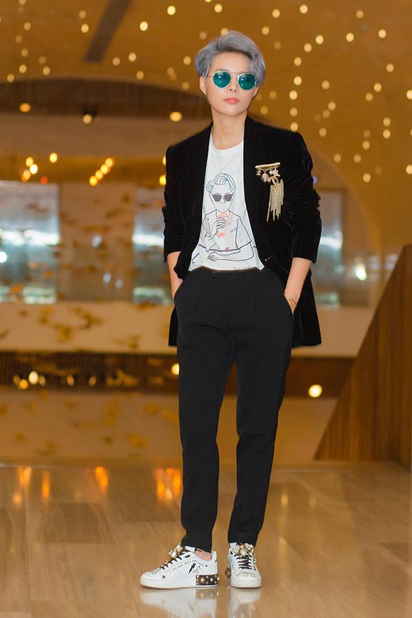 Điểm nhấn cho bộ vest màu đen là chiếc ghim cài Chanel trị giá 40 triệu, phối cùng đôi giày tự mix Gucci và Dolce trị giá khoảng 30 triệu cùng chiếc áo thun bên trong rất thanh lịch và đặc biệt khi in hình của chính nữ ca sĩ một cách rất độc đáo.
