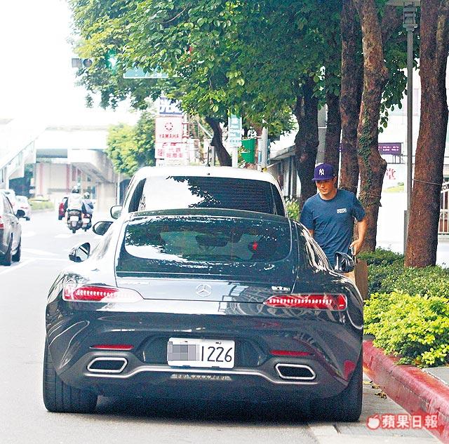 Ngôi sao Đài Loan còn bị phát hiện đỗ xe sai nơi quy định.