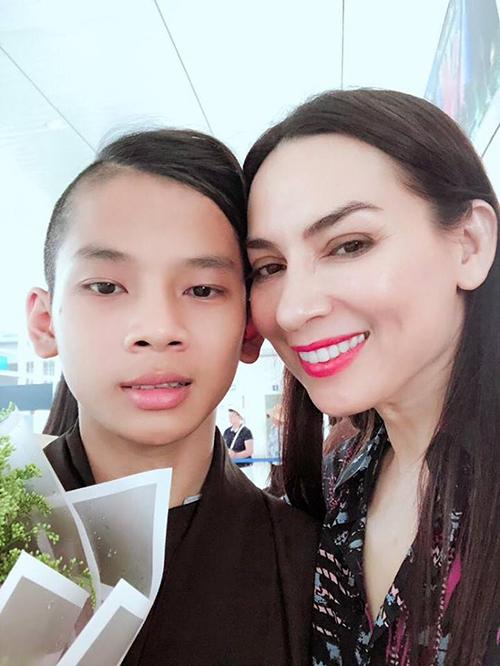 Phi Nhung đăng ảnh bên con trai nuôi. Cô viết: Đi hết đời, lòng mẹ vẫn theo con.
