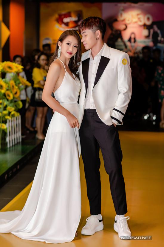 Hai diễn viên chính của 100 ngày bên em Khả Ngân - Jun Phạm mặc trang phục ton sur ton, sóng đôi tình tứ tại buổi công chiếu phim.