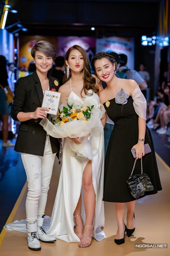 Hai MC Thuỳ Dung và Quỳnh Chi đến chúc mừng cho vai diễn mới của Khả Ngân.