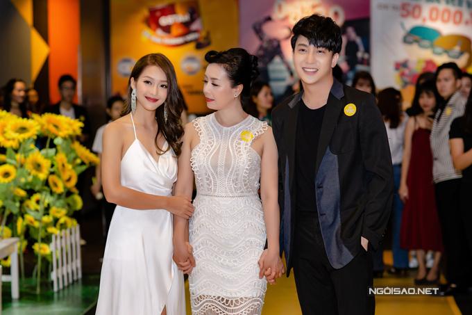 Nữ diễn viên rạng rỡ bên nghệ sĩ Chiều Xuân và B Trần.