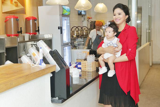 Công chúa của Lê Thị Phương có tên thân mật là Bối Bối. Sau gần 6 tháng sinh nở, vóc dáng của chân dài quê Thanh Hóa vẫn còn khá tròn trịa.