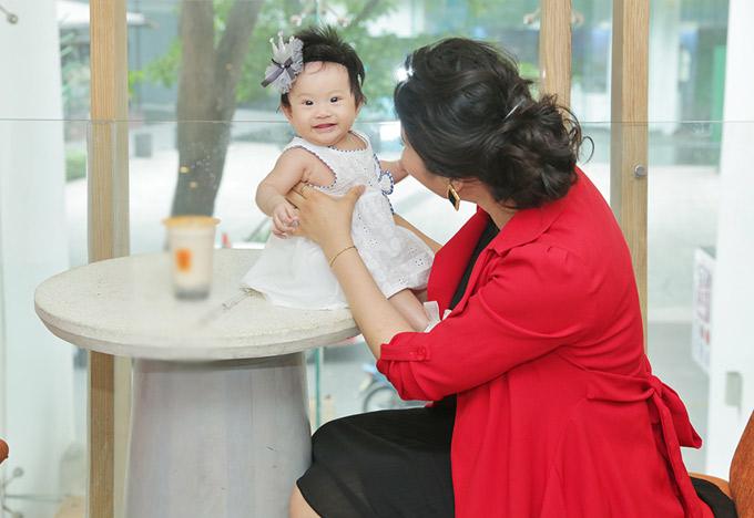Lê Thị Phương chia sẻ cô chưa vội áp dụng các biện pháp ăn kiêng, giảm cân vì sợ mất sữa. Bé Bối Bối vẫn bú mẹ hoàn toàn.
