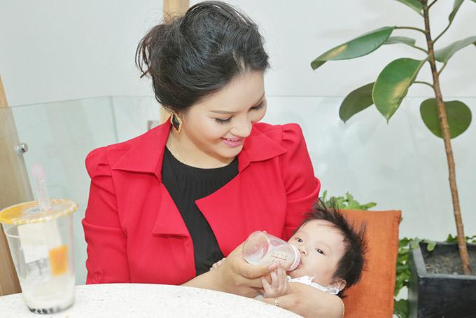 Cô thường vắt sữa bỏ bình cho con gái bú khi ra ngoài. Dù hình thể thay đổi nhiều khi làm mẹ nhưng Lê Thị Phương mãn nguyện vì sinh được một nàng công chúa xinh xắn, đáng yêu.
