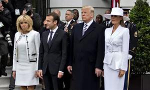 Bà Melania từ chối nắm tay chồng khi đón Tổng thống Pháp