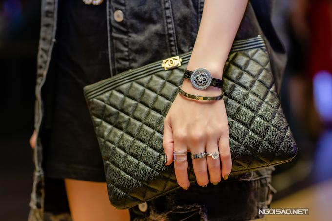 Quế Vân đeo các phụ kiện đắt đỏ gồm vòng tay LV gắn đá quý200 triệu, vòng Cartier hơn 300 triệu, nhẫn kim cương 1 tỷ (ngón áp út),nhẫn vàng gần 200 triệu(ngón giữa). Ngoài ra cô còn xách túi và sử dụngthắt lưng của những thương hiệu thời trang danh tiếng.