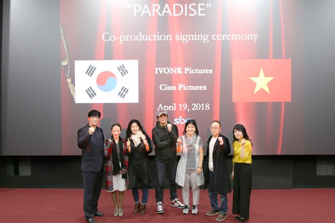 Êkíp hai nước ký kết hợp tác ở Hàn Quốc hôm 19/4. Nhà sản xuất Hạnh Nhân mặc áo kẻ ngang, đứng thứ ba từ phải qua.