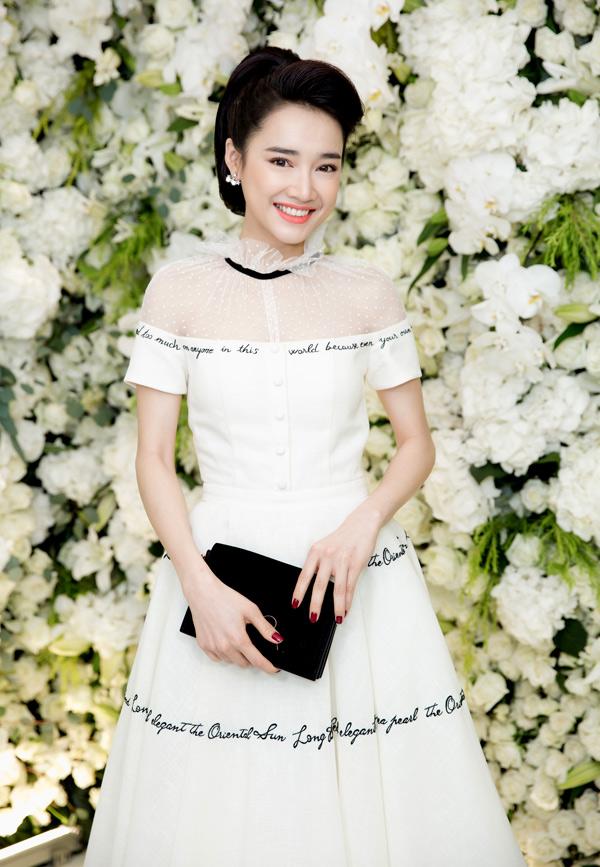 Gác lại chuyện buồn tình cảm, Nhã Phương chăm chỉ chạy show từ Bắc vào Nam. Cô diện váy trắng tinh khôi của nhà thiết kế Lê Thanh Hòa dự một event tối 25/4.