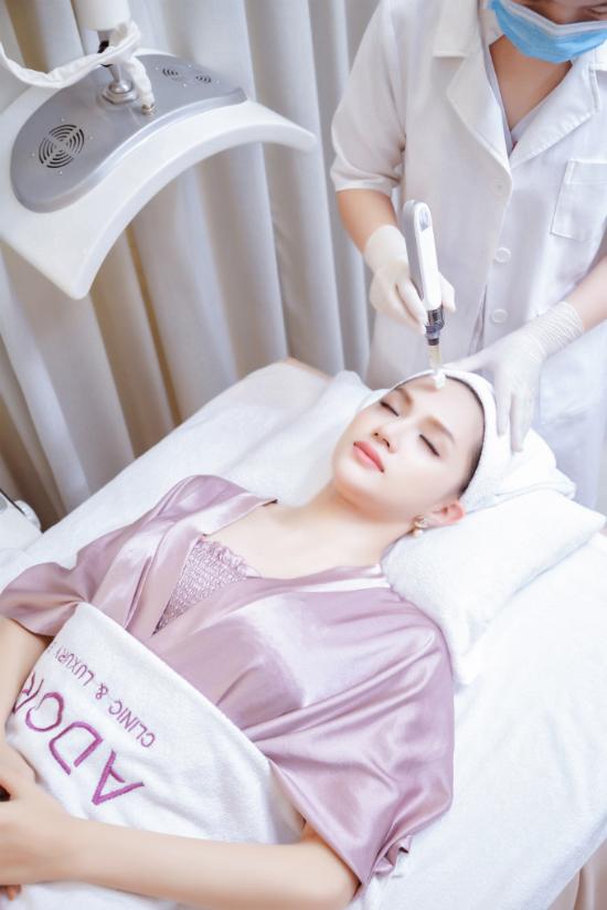 Làn da căng bóng, đều màu luôn được ngưỡng mộ mà Hương Giang sở hữu là nhờ vào lượng dưỡng chất và vitamin mà công nghệ Dermotox mang lại