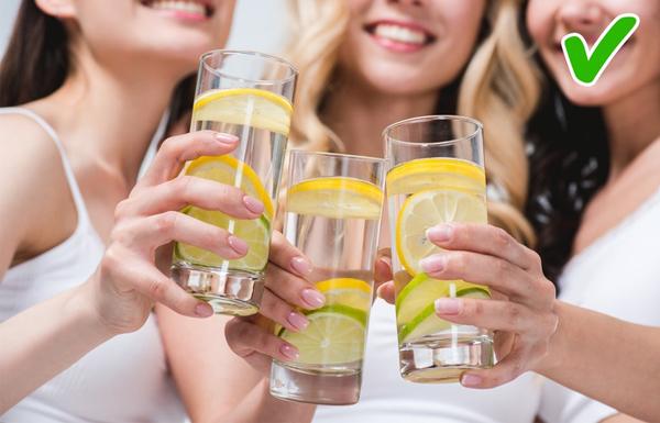 Hỗ trợ giảm cân Vitamin C giúp giảm nồng độ cortisol, một loại hoóc-môn căng thẳng gây nên sự tích trữ chất béo. Nước chanh là thức uống chứa ít calories. Trong khi một lon Coca-Cola 330 ml chứa 140 calo, 100 ml nướ táo chứa 46 calo thì nước chanh pha loãng chứa 0 calo.