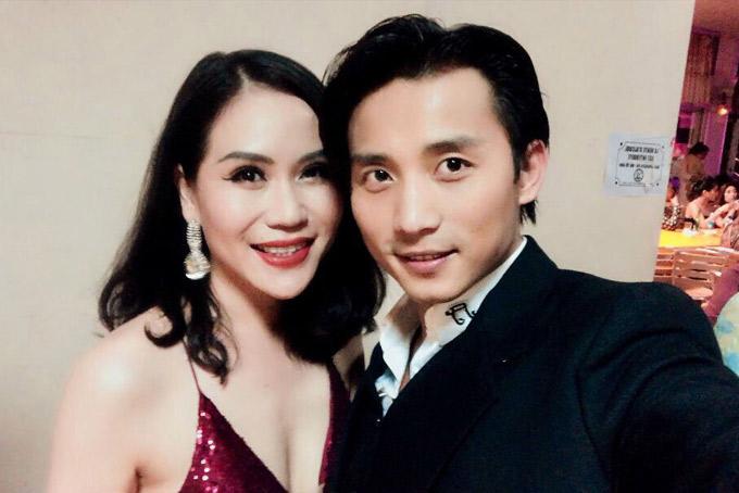 Nữ ca sĩ vừa có chuyến sang Pháp và Australia ca hát phục vụ kiều bào người Việt. Cô mặc sexy, chụp ảnh thân mật với ca sĩ Đan Nguyên.
