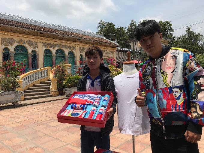 Với câu trả lời là Đông Tây hội ngộ một nhà - Cần Thơ trẻ chất săn quà Pepsi, Hoàng Duy đã trở thành người sở hữu hộp quà 5 lon Pepsi mang phong cách Retro mô phỏng những thập niên 40, 50, 60, 80, 90. Bạn Huỳnh Phương Duy - người chỉ ra được 5 gương mặt quốc tế đại sứ thương hiệu Pepsi trên chiếc áo bomber Pepsi x Hà Nhật Tiến đã trở thành chủ nhân của phần quà này.